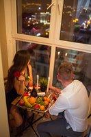 Романтический вечер для двоих, свечи, вино, лепестки роз